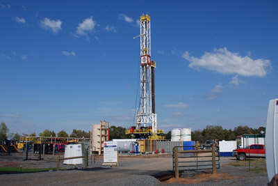 Shale oil rig in the USA. Photo by USGS
